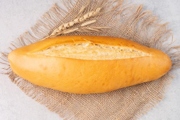 Dolore pane di batarda su una tela, sul marmo.