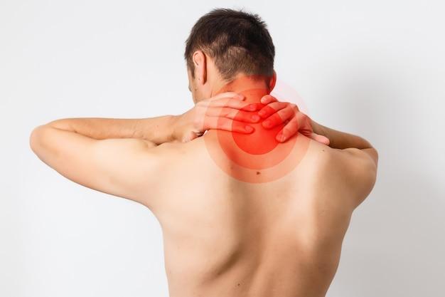 Dolore al collo. uomo con mal di schiena. corpo maschile muscoloso. isolato su sfondo bianco. foto in bianco e nero con punto rosso