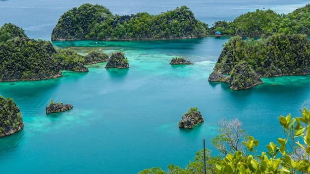Isola di painemo, laguna blu, raja ampat, papua occidentale, in indonesia