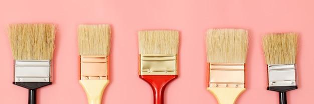 Pennello su sfondo rosa, come scegliere il colore perfetto per la casa e buono per la salute