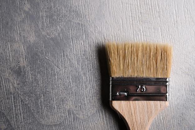 Pennelli per dipingere su un cemento grigio