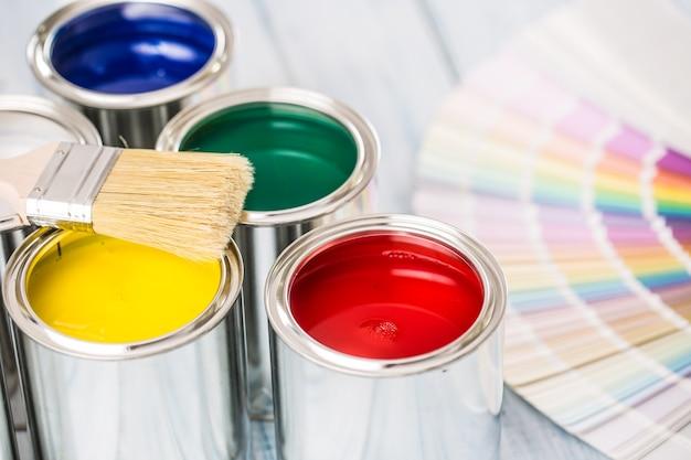Pennelli per barattoli di vernice e tavolozza dei colori sul tavolo.