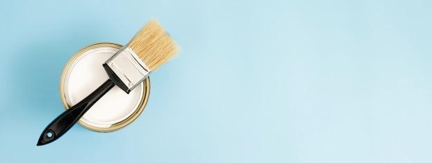 Barattoli di vernice e pennelli e come scegliere il colore della vernice per interni perfetto e buono per la salute