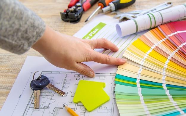 Paint piano casa tavolozza e strumenti di riparazione. messa a fuoco selettiva. colore.