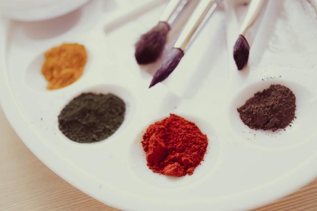 Il pigmento della vernice è nella tavolozza