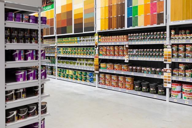 Negozio di vernici con un'ampia selezione di prodotti di molti produttori di diversi colori.