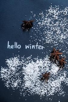 Dipingi il testo ciao inverno. sfondo nero