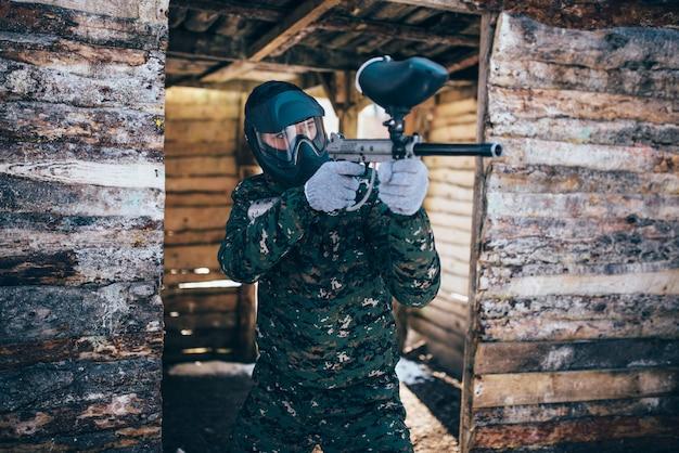 Giocatore di paintball con pistola marcatore, vista frontale