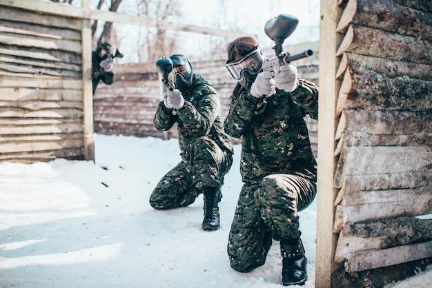 Squadra di paintball, giocatori nella battaglia invernale