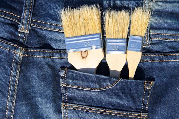 Pennello nella tasca dei blue jeans