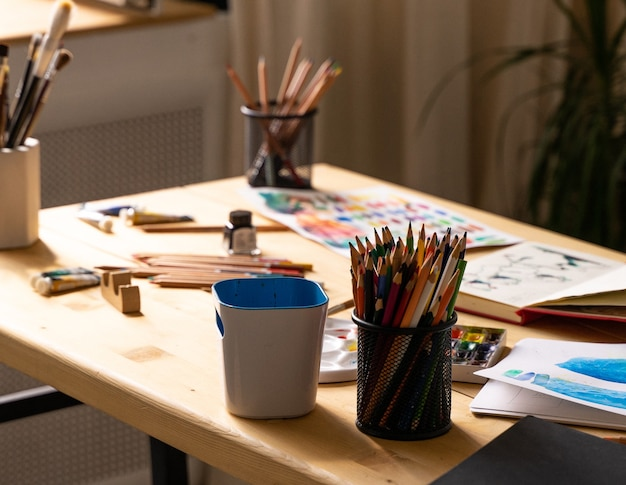Pennello con tubi di colori ad olio e matite colorate strumenti per l'arte e l'artigianatotavolo in legno