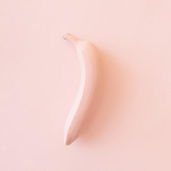 Dipinto in frutta banana rosa su sfondo rosa. concetto di frutta monocromatica