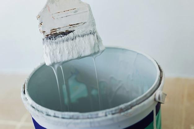 La trama dipinta, che è rialzata, ha la vernice che scorre nel serbatoio.