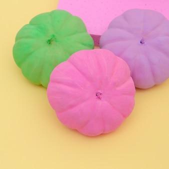 Zucche dipinte composizione autunno. arte minimalista delle stagioni autunnali piatta