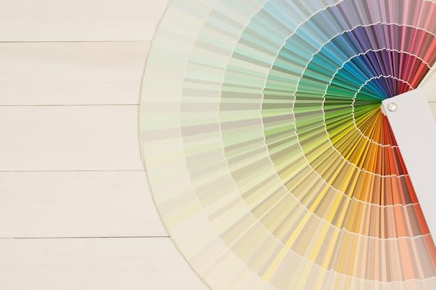 Un pittore sceglie una tonalità di vernice per l'interno delle pareti della casa. con interno