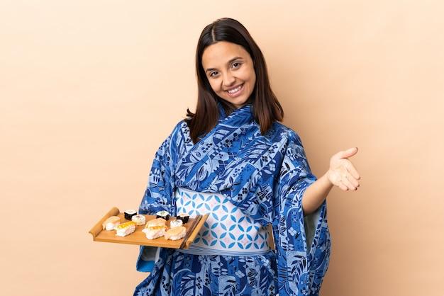 Donna del pittore sopra la parete blu isolata che fa forte gesto