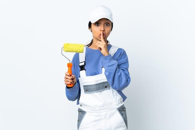 Donna pittore isolata mettendo il dito in bocca