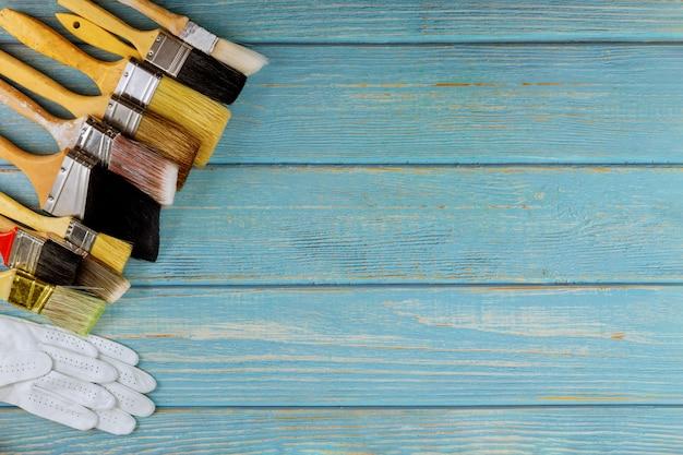 Rinnovamento della tavola di lavoro del pittore che dipinge i pennelli di dimensione differente su fondo di legno