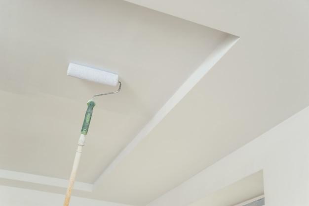 Dipingere il soffitto e le pareti.