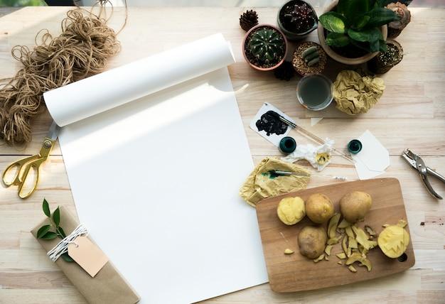 Piante del cactus di carta della pittura su una tabella di legno