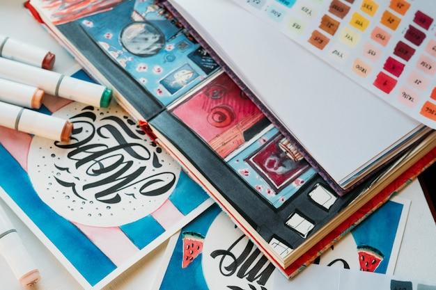 Forniture di pittura sul posto di lavoro. belle arti. disegni e tavolozza degli schizzi.