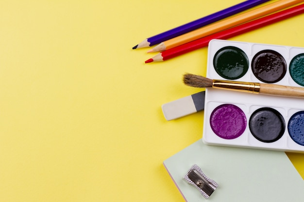 Forniture di pittura su sfondo giallo.