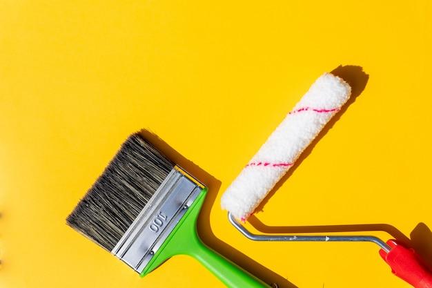 Strumenti di pittura. spazzole e rullo. la pittura fornisce il rullo di vernice e la spazzola negli accessori per il rinnovamento domestico
