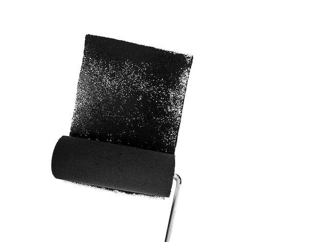 Dipingere la parete in nero con un rullo di vernice.