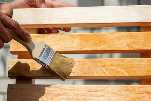 Dipingere mobili in legno con vernice