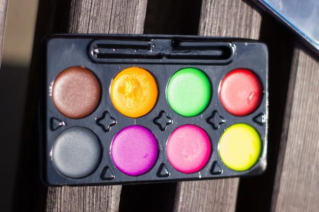 Vernici di diversi colori per la pittura su tela