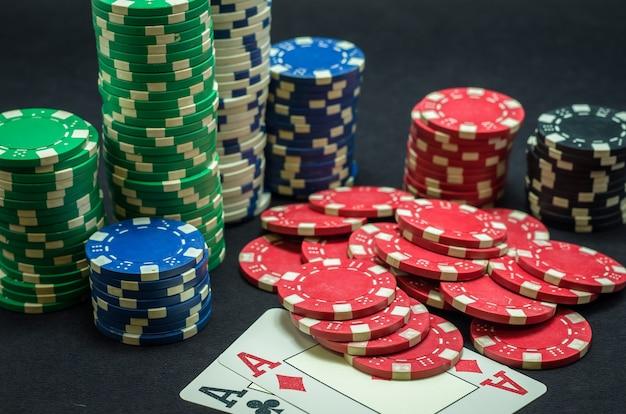 Coppia di asso vincente, fiches da poker impilate e coppia di assi