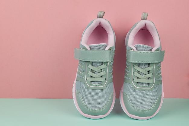 Un paio di sneakers alla moda grigie su blu e rosa