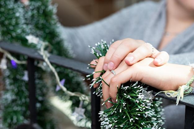 Un paio di mani di una coppia di due donne, una sopra l'altra mentre decorano