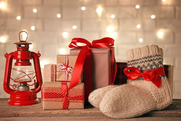 Paio di calzini a maglia con regali incartati per natale sul tavolo luminoso