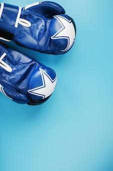 Un paio di guantoni da boxe in pelle su sfondo blu