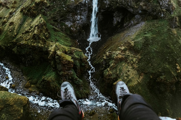 Coppia di gambe con vista su una cascata