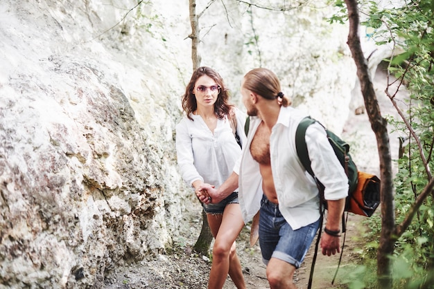 Coppia di persone che esplorano la foresta locale in montagna alla ricerca di avventure.