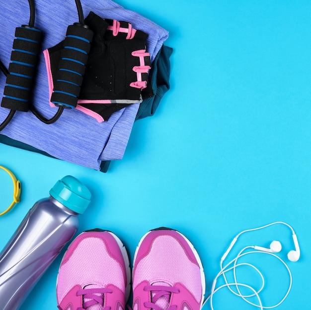 Paio di sneakers rosa con lacci vista dall'alto