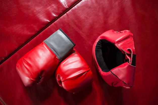 Coppia di guantoni da boxe rossi e copricapo