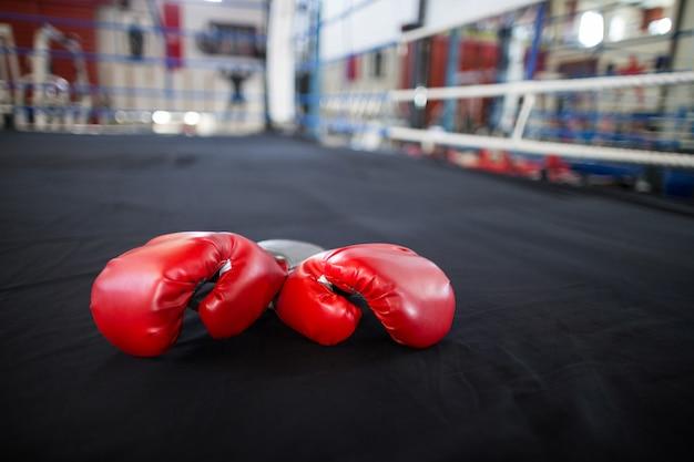 Paio di guanti rossi nel ring
