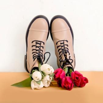 Paio di stivali beige primaverili con tulipani