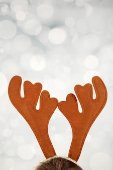 Coppia di corna di renna giocattolo su parete luminosa