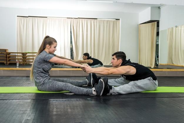 Coppia allenamento in palestra, uomo e donna che fanno esercizio