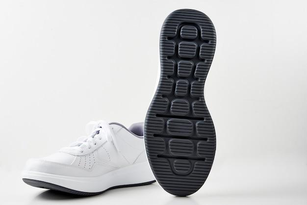 Paio di scarpe da ginnastica maschio bianco su sfondo bianco isolato.