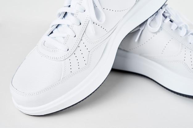 Paio di scarpe da ginnastica maschili bianche