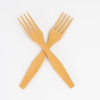 Coppia di forchette di legno su sfondo bianco, da vicino