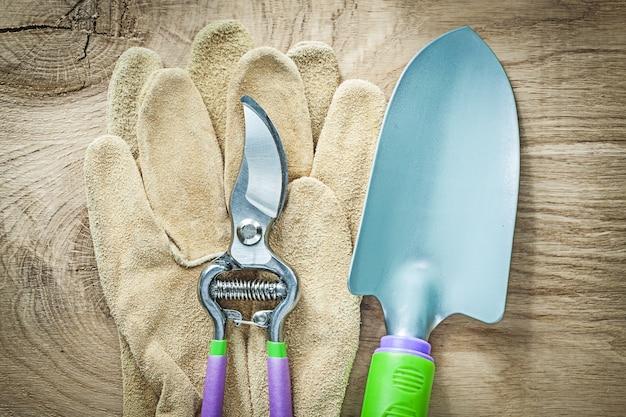 Paio di guanti da lavoro secateurs vanga a mano sul concetto di agricoltura tavola di legno