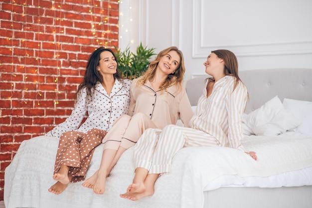 Festa in pigiama. tre ragazze carine che trascorrono del tempo insieme mentre hanno il pigiama party