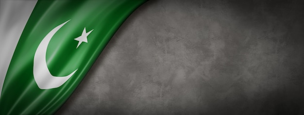 Bandiera pakistana sul muro di cemento