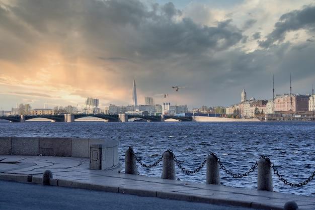 Ponte del palazzo sulla neva. russia, paesaggio urbano di san pietroburgo contro il cielo blu